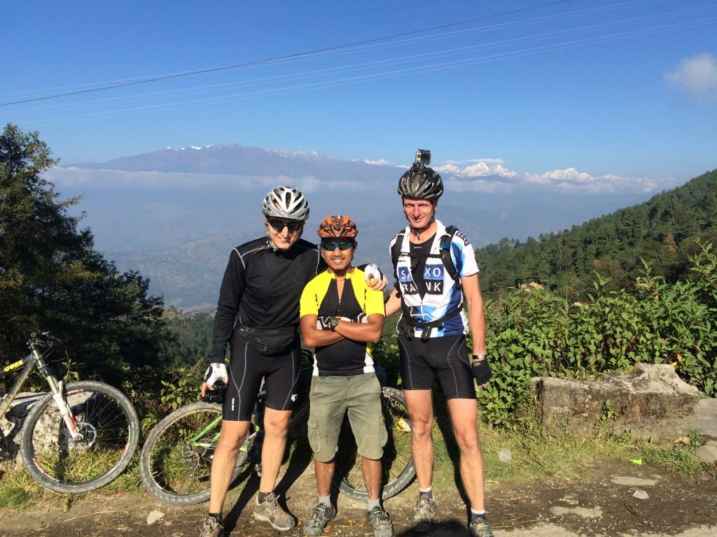 Robert, Akash og Jesper. Kakani og udsigt Himalaya.