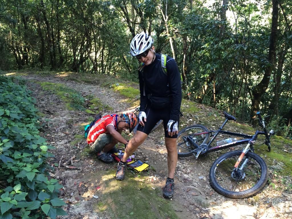Robert måtte ned og smage på den nepalesiske muld i Shivapuri Nat. Park