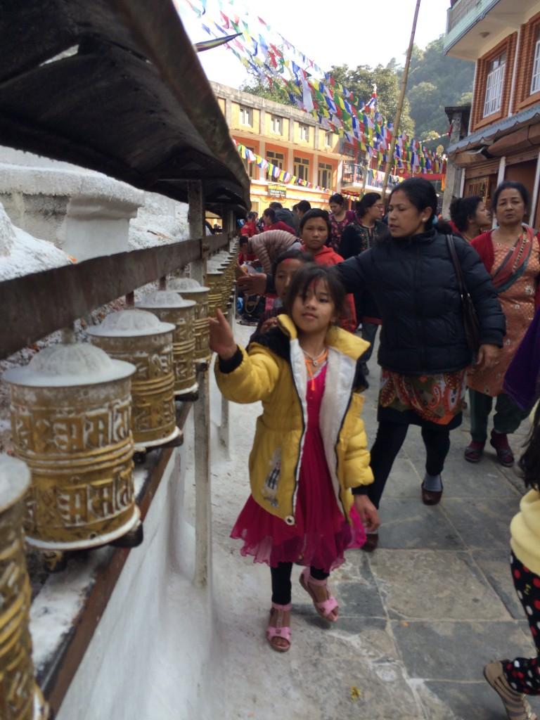 Børn har skolefri lørdag og således også med i templerne. Disse små tromler drejes mens man går forbi.