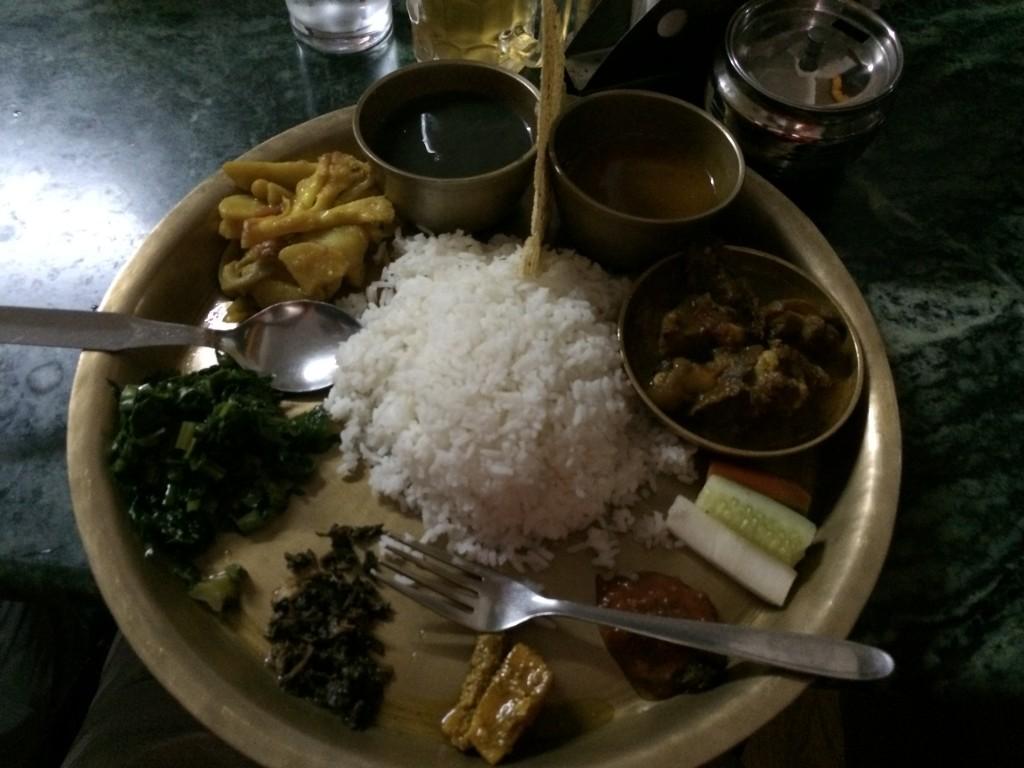 Dal Bhat, den mest spiste ret for de lokale...og de spiser med fingerne!!!! Det gjorde jeg dog ikke denne aften...afslutning på cykelturen sammen Akash.