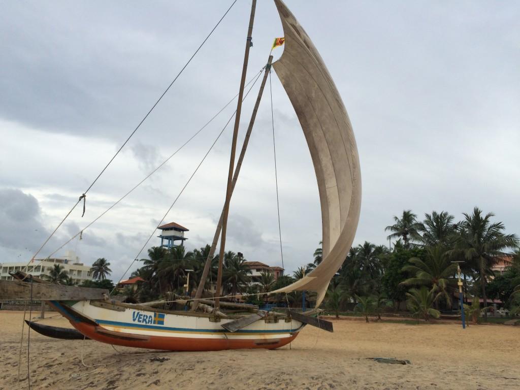 Gråvejr på stranden ud for hotellet. Temperaturen er vel over det 30 gr. alligevel. Bydelen Negombo, hvor man som turist bor, da det ligger tættere på lufthavnen end hovedstaden Colombo.