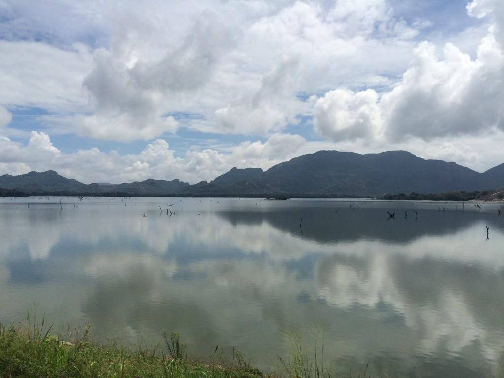 Kandalama Reservoir fra dagen ridt, hvor vejret var tydligt ændret i forhold til gårsdagens.