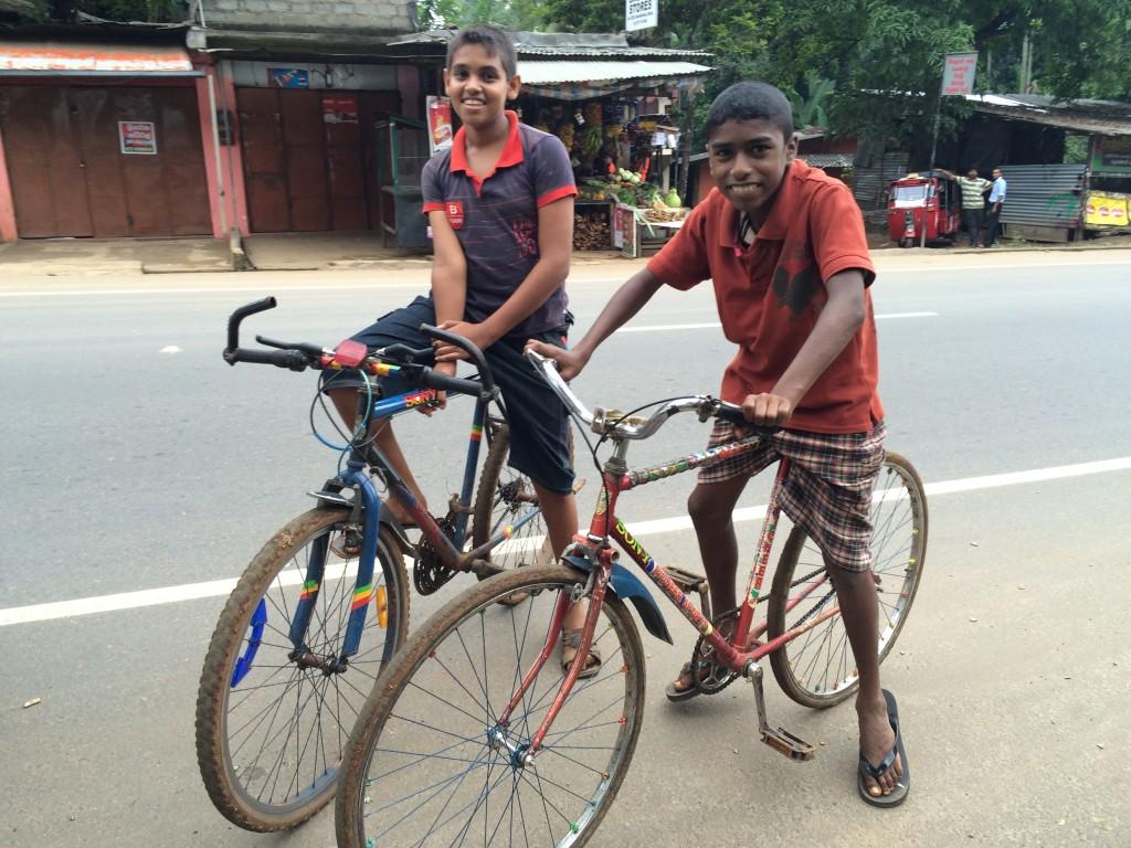 Cykel-drenge, som gerne ville fotograferes....kom selv hen og spurgte.