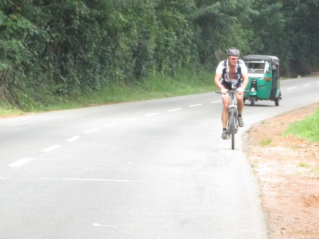 Cyklende dansker prøver at holde tuktuk på afstand....det lykkedes selvfølgelig ikke.