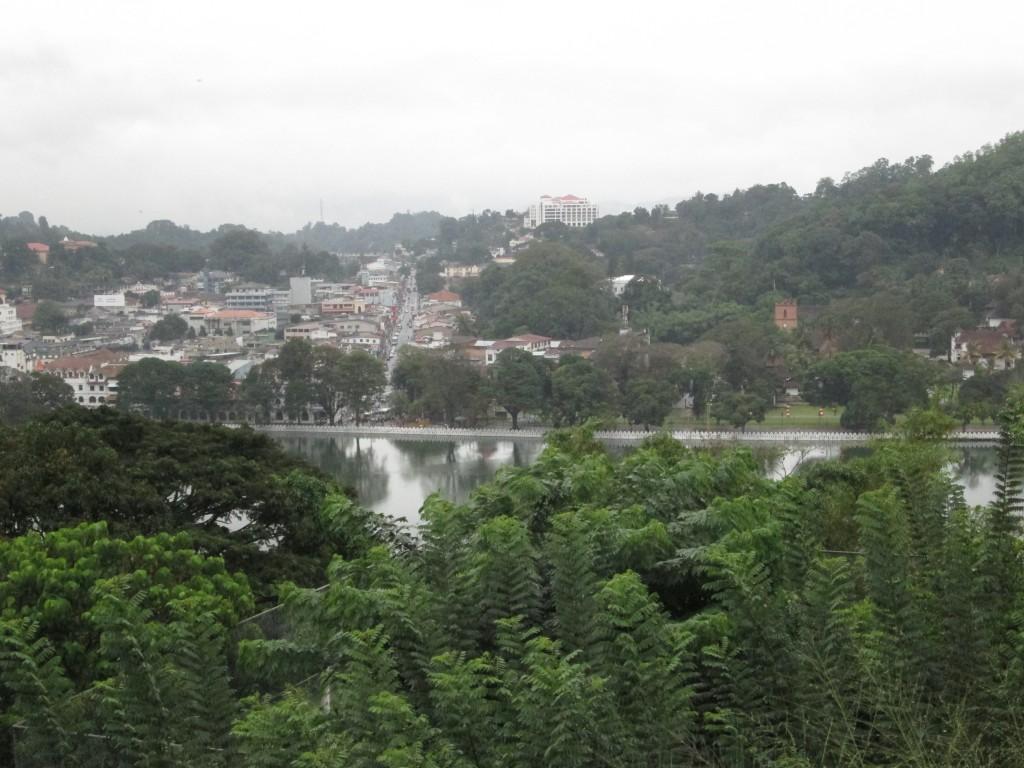 Udsigt over Lake of Kandy midt i byen, hvor også templet ligger placeret.