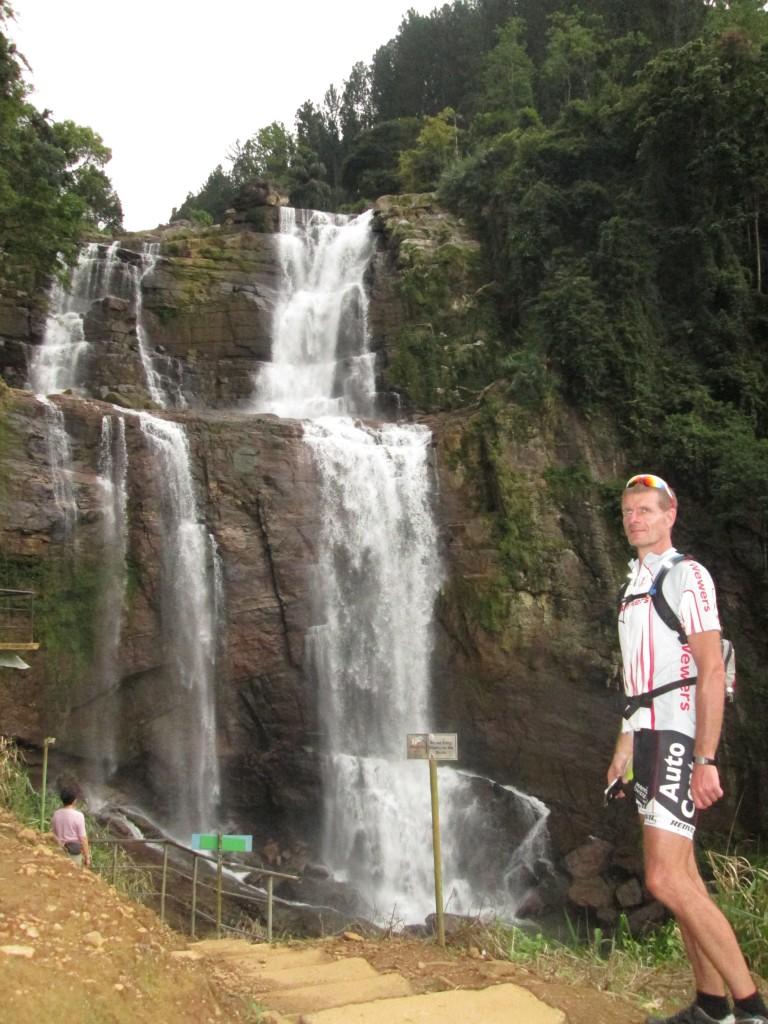 Ramboda vandfaldet med et fald på 100 meter.