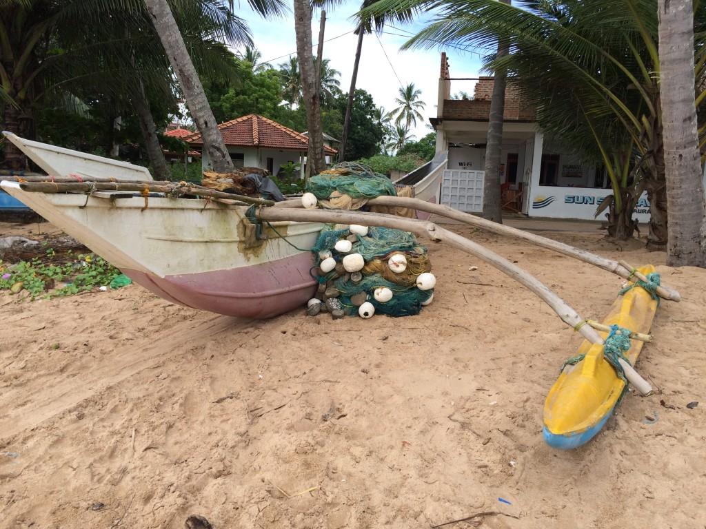 De lokales fiskerbåde. De tager ud om aftenen og sætter garn og henter igen inden det bliver lyst næste morgen.