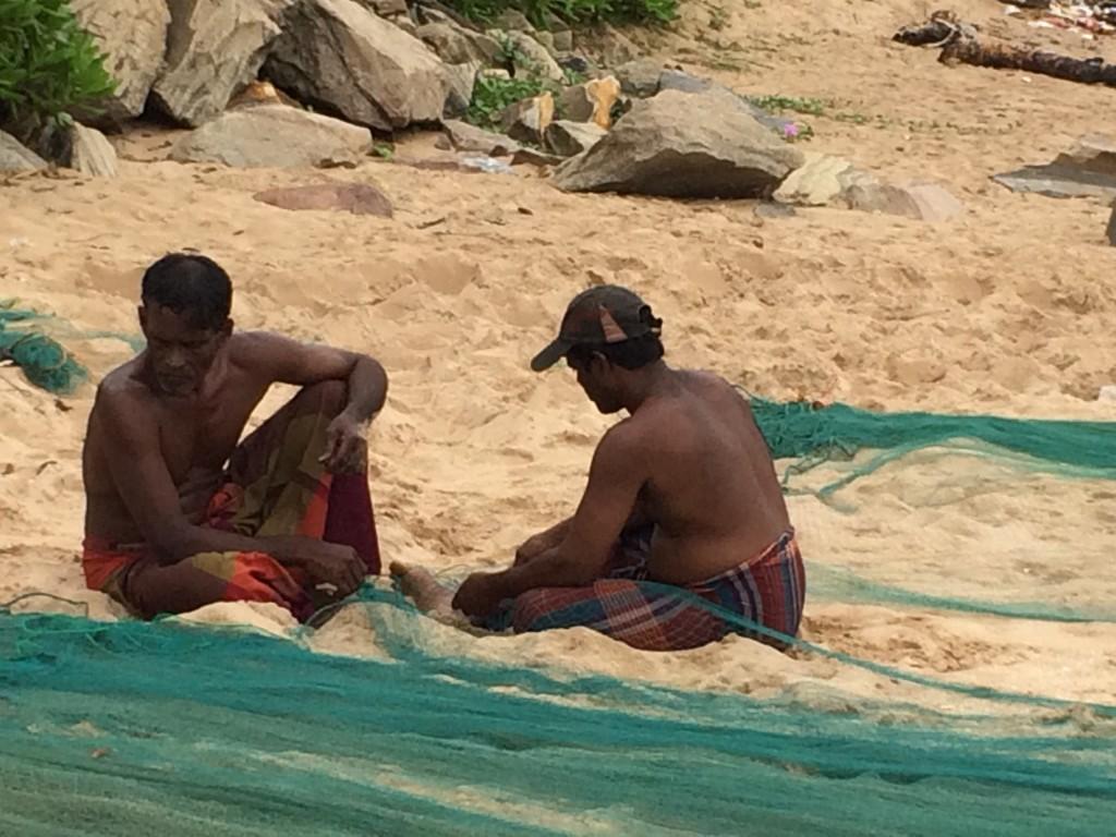 Lokale fiskere i Tangalle efterser deres net. De tænker nok ikke så meget over EU's boykot. De fanger nok mere til de lokale restauranter.