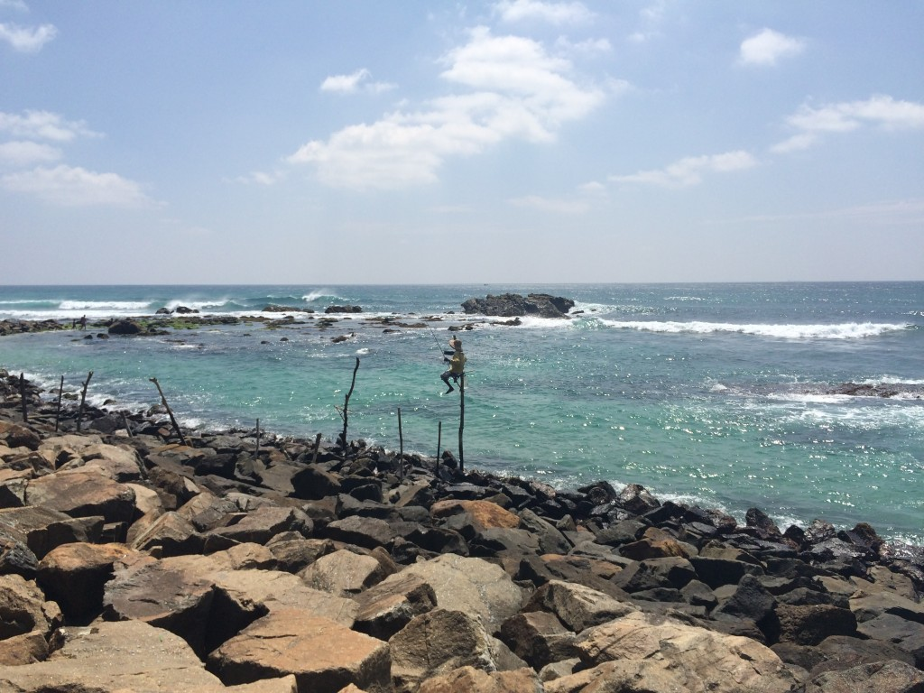 Traditionel fiskemetode i det sydlige Sri Lanka. Siddende på en stok i vandet og derfra udstyret med fiskestang. På dagen tuk tuk tur til Unawatuna.