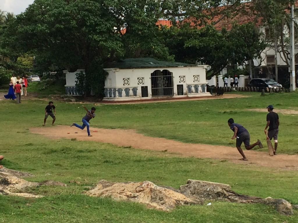 """Mest spillede sport i Sri Lanka er Cricket, men overraskende nok er Volleyball nationalsport. Inde på Galle Fort blev spillet som vi andre spiller fodbold. Og igen venlighed frem for alt: """"Skal du være med"""""""
