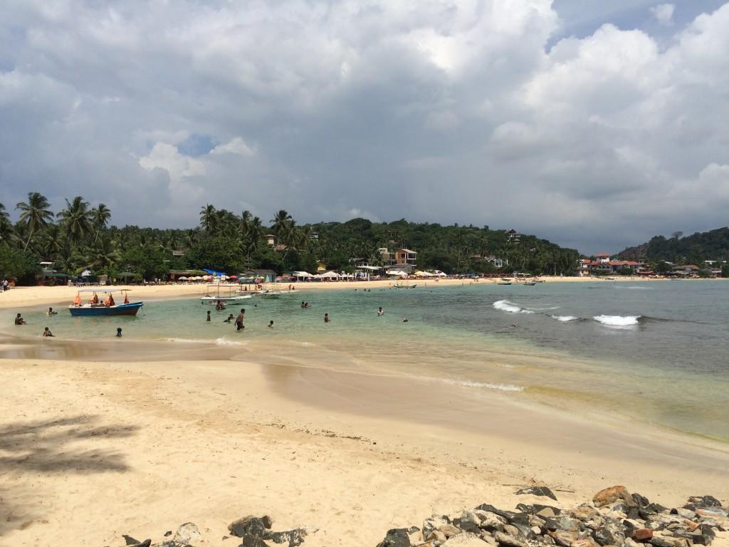 Unawatuna Beach kan sagtens besøges trods en del sand er forsvundet på østsiden.